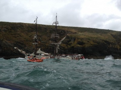 Kinsale-lifeboat-ferries-survivors-from-sinking-Astrid_credit-RNLI-635x476